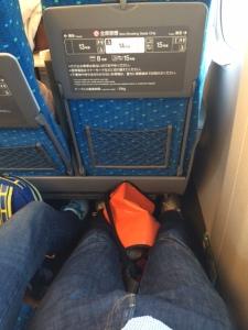 Beinfreiheit im Shinkansen auf dem Weg von Tokyo nach Kyoto